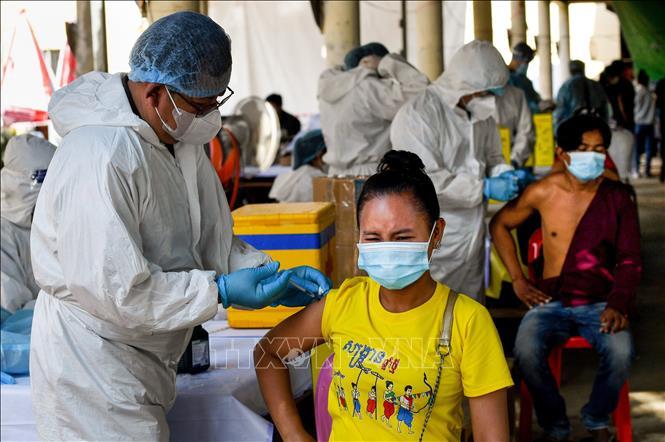 Nhân viên y tế tiêm vaccine COVID-19 cho người dân tại Phnom Penh, Campuchia ngày 20-5-2021. Ảnh: AFP/TTXVN