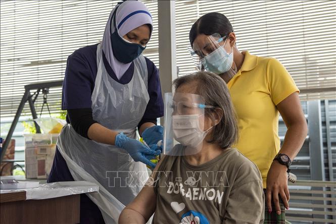 Nhân viên y tế tiêm vaccine COVID-19 cho người dân tại Kuala Lumpur, Malaysia ngày 29-7-2021. Ảnh: THX/TTXVN