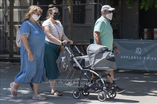 Người dân đeo khẩu trang phòng dịch COVID-19 tại London, Anh ngày 16-7-2021. Ảnh: THX/TTXVN