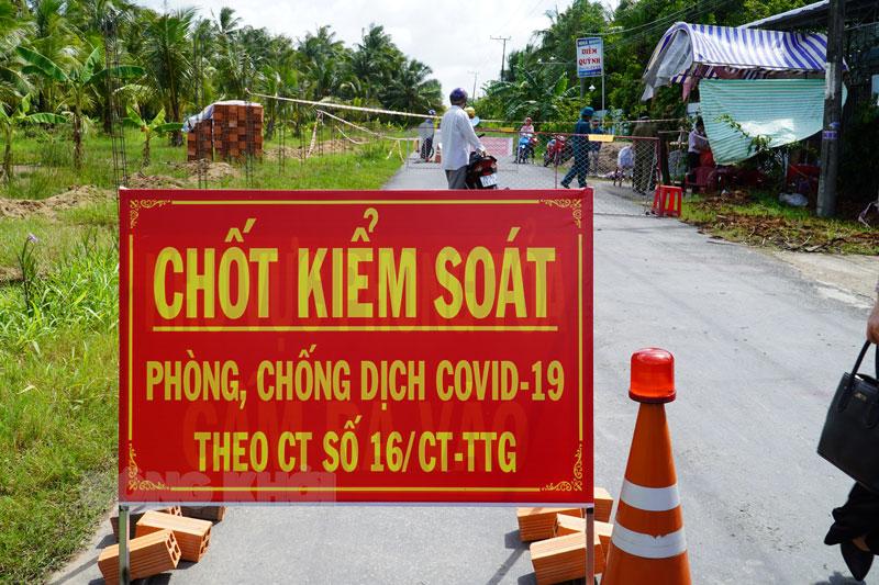 Chốt kiểm soát tại xã Thuận Điền (Giồng Trôm).