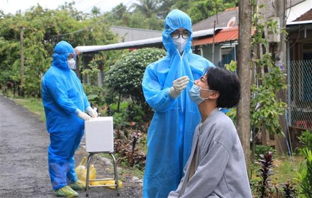 Nhân viên Y tế Bệnh viện Triều An-Loan Trâm (tỉnh Vĩnh Long) hỗ trợ huyện Long Hồ lấy mẫu xét nghiệm COVID-19 cho các hộ gia đình công nhân và tiểu thương. (Ảnh: Lê Thúy Hằng/TTXVN)