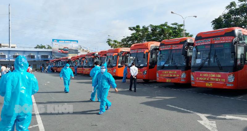 Người dân tập trung tại Bến xe Miền Tây chuẩn bị về quê ngày 31-7-2021. Ảnh: Duy Khánh (Trung tâm Bảo trợ Người tâm thần)