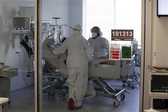 Điều trị cho bệnh nhân nhiễm COVID-19 tại Ankara, Thổ Nhĩ Kỳ, ngày 29-7-2021. Ảnh: THX/TTXVN