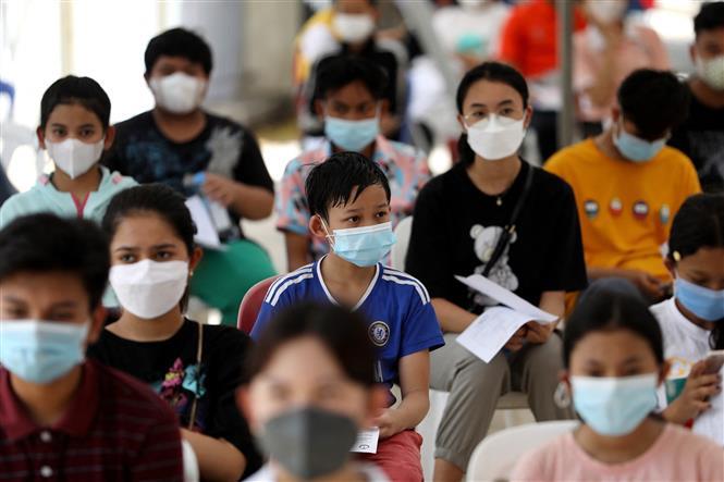 Nhân viên y tế tiêm vaccine ngừa COVID-19 cho trẻ em tại Phnom Penh, Campuchia, ngày 1-8-2021. Ảnh: AFP/TTXVN