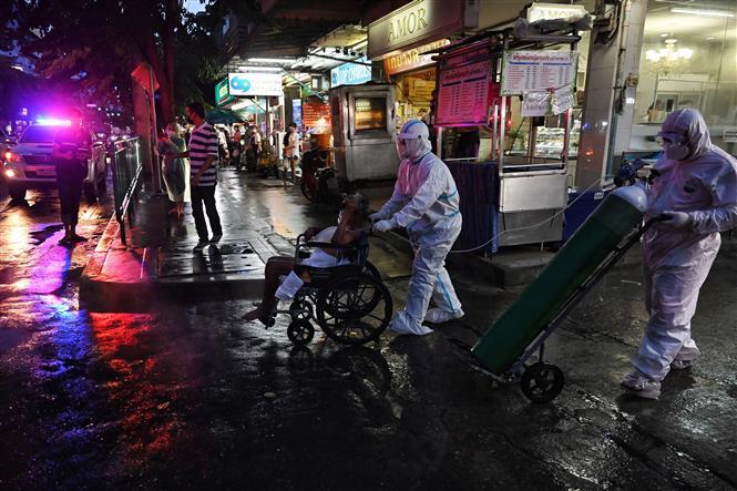 Chuyển bệnh nhân nhiễm COVID-19 tới bệnh viện ở Bangkok, Thái Lan, ngày 30-7-2021. Ảnh: AFP/TTXVN