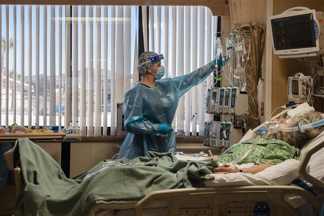 Điều trị cho bệnh nhân nhiễm COVID-19 tại Apple Valley, California, Mỹ. Ảnh: AFP/TTXVN