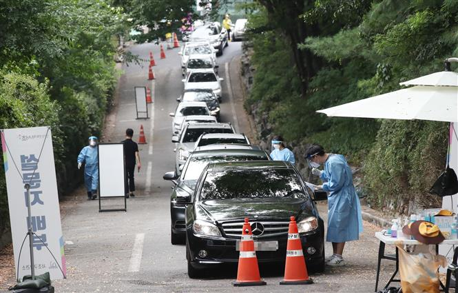 Một điểm xét nghiệm COVID-19 tại Seoul, Hàn Quốc, ngày 29-7-2021. Ảnh: YONHAP/TTXVN