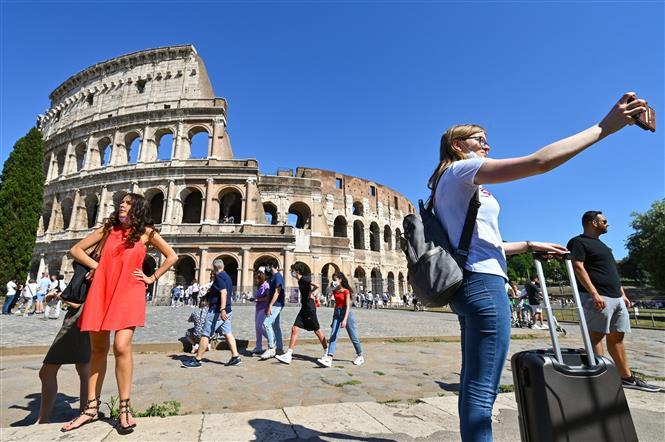 Khách thăm quan đấu trường Colosseum ở Rome, Italy, ngày 12-6-2021. Ảnh: AFP/TTXVN