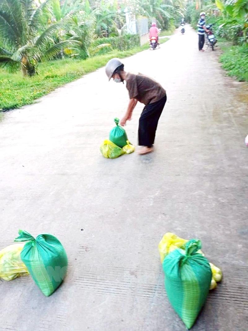Hỗ trợ gạo cho người dân trong khu vực cách ly, phong tỏa tại xã Phú Đức.