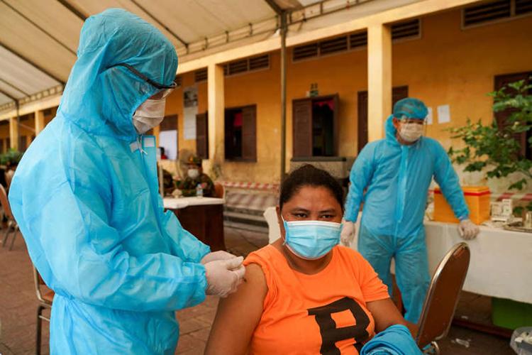 Một điểm tiêm vaccine COVID-19 tại thủ đô Phnom Penh, Campuchia. Ảnh: Reuters