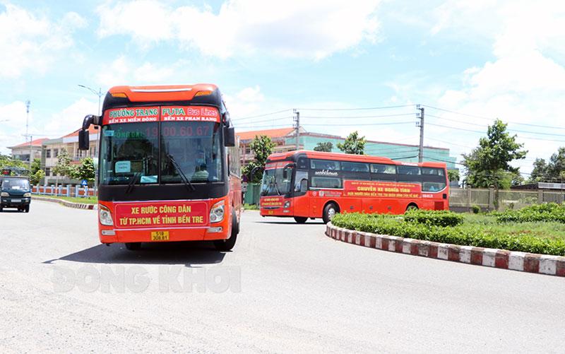 Đoàn 3 xe đưa người dân Giồng Trôm về khu cách ly huyện.