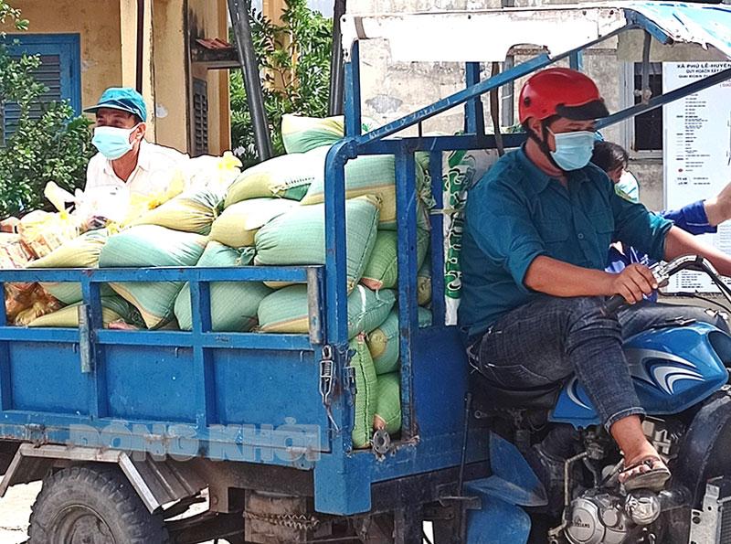 Anh Tâm chở hàng nông sản tiếp tế cho người dân xã Phú Lễ khu vực phong tỏa. Ảnh: Đức Chính