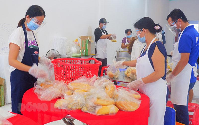 Chị Trần Thị Tuyết Hạnh (bìa trái) cùng các tình nguyện viên chuẩn bị bữa ăn sáng gửi đến cơ sở cách ly.