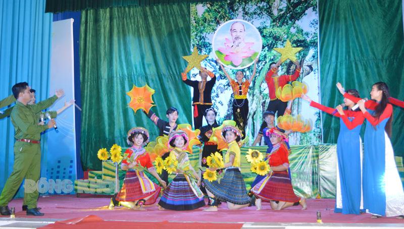 Hát múa ca ngợi Chủ tịch Hồ Chí Minh - Người đã đọc bản Tuyên ngôn độc lập, khai sinh nước Việt Nam Dân chủ Cộng hòa. (Ảnh chụp trước khi dịch bệnh Covid-19 bùng phát).