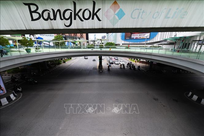 Cảnh vắng vẻ trên đường phố ở Bangkok, Thái Lan, sau khi chính phủ mở rộng thêm các biện pháp phòng chống dịch COVID-19. Ảnh: THX/TTXVN