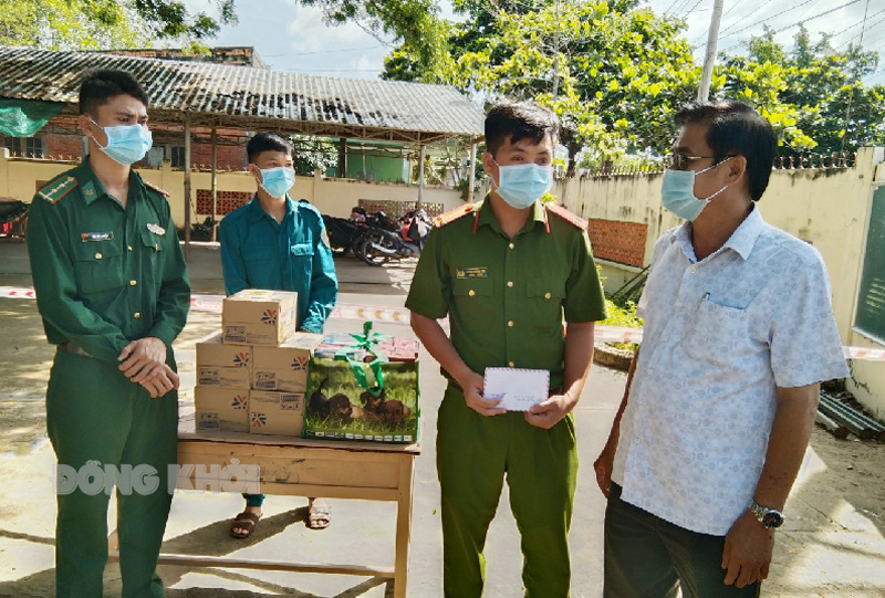 Chủ nhiệm Ủy ban Kiểm tra Tỉnh ủy Nguyễn Hải Châu thăm, hỏi và tặng quà lực lượng khu vực cách ly trường tiểu học xã Thừa Đức.