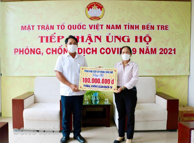 Giám đốc Ngân hàng TMCP Đầu tư và Phát triển Việt Nam Chi nhánh Đồng Khởi Trương Minh Tấn trao kinh phí ủng hộ.