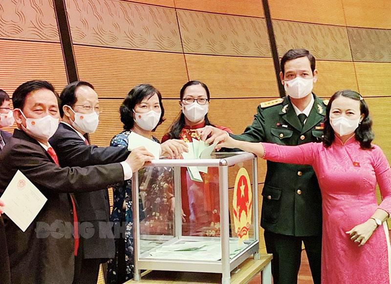 Các đại biểu Quốc hội bỏ phiếu thông qua các nội dung, chương trình kỳ họp. Ảnh: CTV
