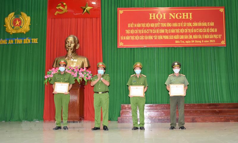 Đại tá Võ Công Bình - Phó giám đốc Công an tỉnh trao giấy khen cho các tập thể, cá nhân có thành tích xuất sắc qua thực hiện Chỉ thị số 05-CT/TW. Ảnh: H. Đăng