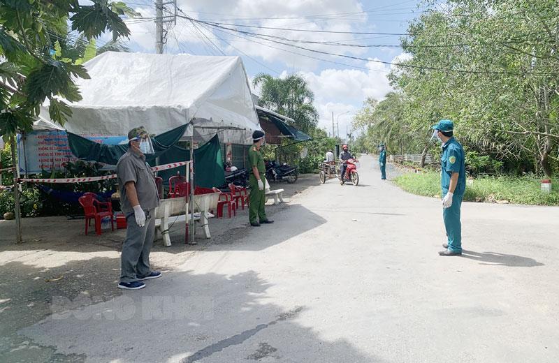 Lực lượng làm nhiệm vụ kiểm soát phòng chống dịch tại chốt đóng trên địa bàn xã Nhơn Thạnh, TP. Bến Tre.