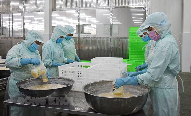 Các doanh nghiệp sắp xếp, bố trí giảm lực lượng lao động tại các khâu sản xuất từ 50 - 75%. Ảnh: C. Trúc