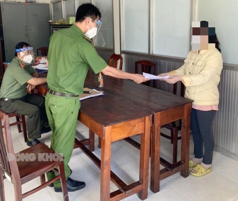 Lực lượng chức năng trao quyết định xử phạt vi phạm hành chính cho T.T.H.N. Ảnh: Nguyễn Đăng.