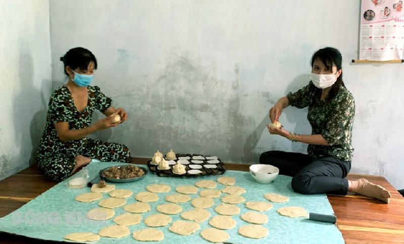 Bánh bao nghĩa tình tặng các chốt kiểm dịch ở địa phương.