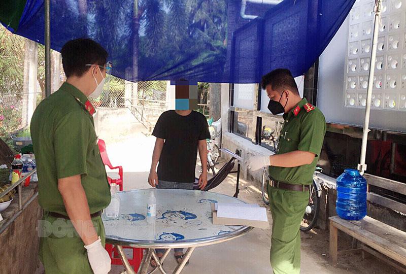 Cơ quan chức năng giao quyết định xử phạt vi phạm hành chính cho V.N.T.L. Ảnh: Lê Nguyễn