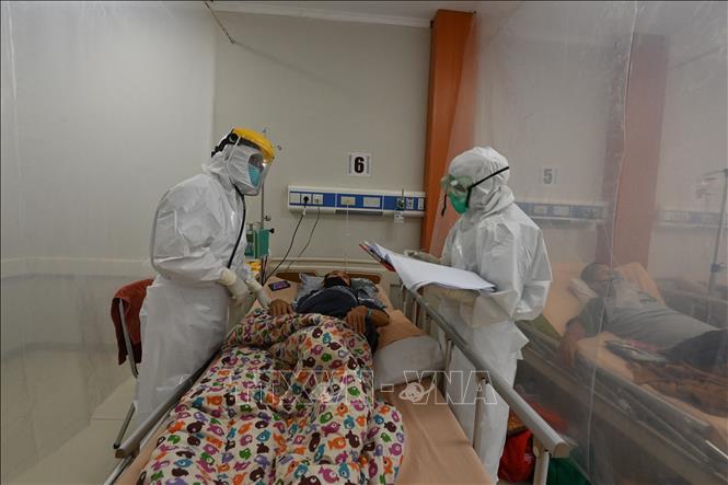 Nhân viên y tế điều trị cho bệnh nhân COVID-19 tại bệnh viện ở Bogor, Indonesia. Ảnh: AFP/TTXVN
