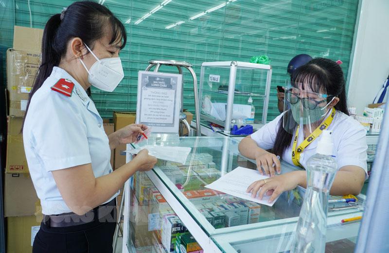 Đoàn kiểm tra công tác phòng chống dịch tại nhà thuốc Long Châu.