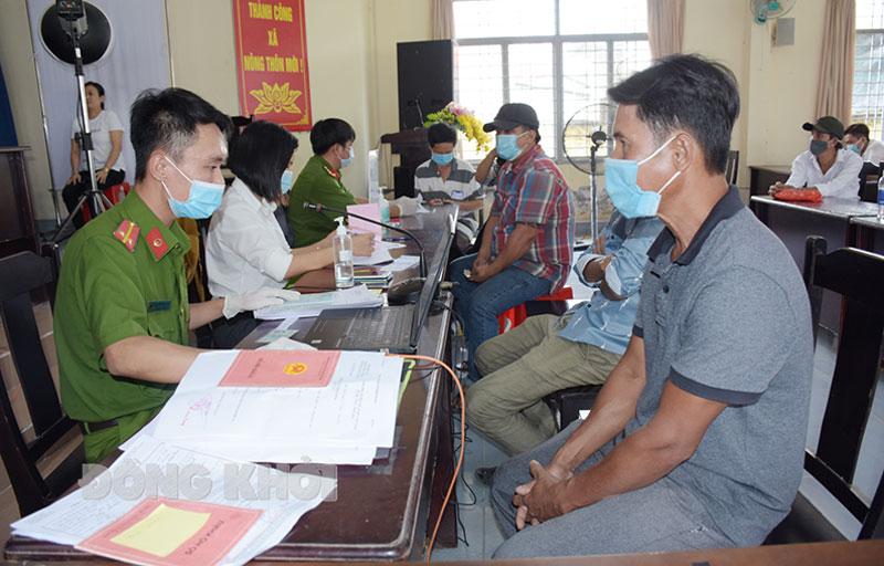 Công an huyện Châu Thành thu thập Cơ sở dữ liệu quốc gia về dân cư. Ảnh: Hải Đăng