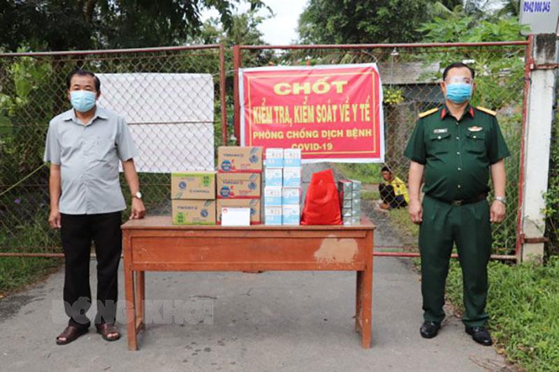 Thăm, tặng quà lực lượng trực tại các chốt phòng chống dịch Covid-19 trên địa bàn tỉnh. Ảnh: CTV