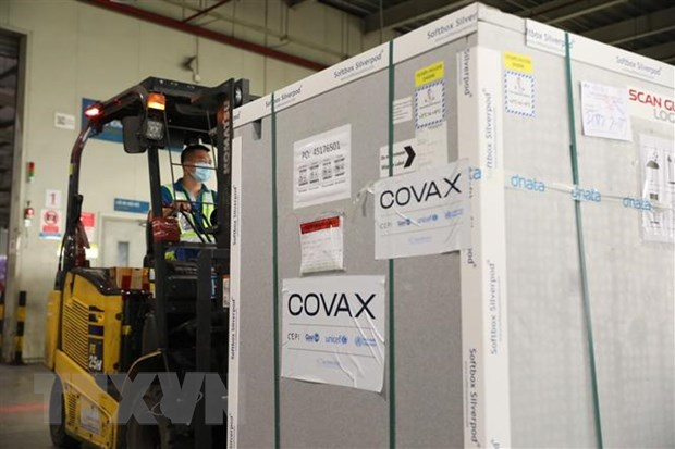 Một lô vaccine được chuyển đến Việt Nam theo cơ chế COVAX. (Ảnh: Minh Quyết/TTXVN)