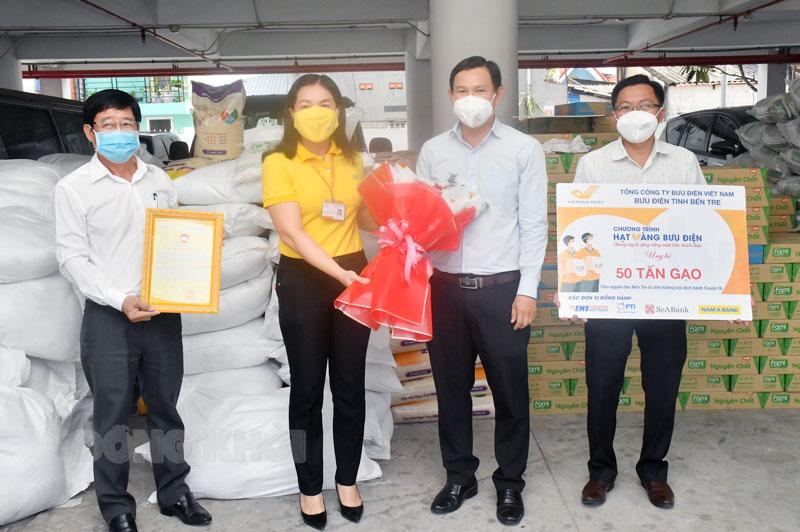 Tiếp nhận 50 tấn gạo của Bưu điện tỉnh.