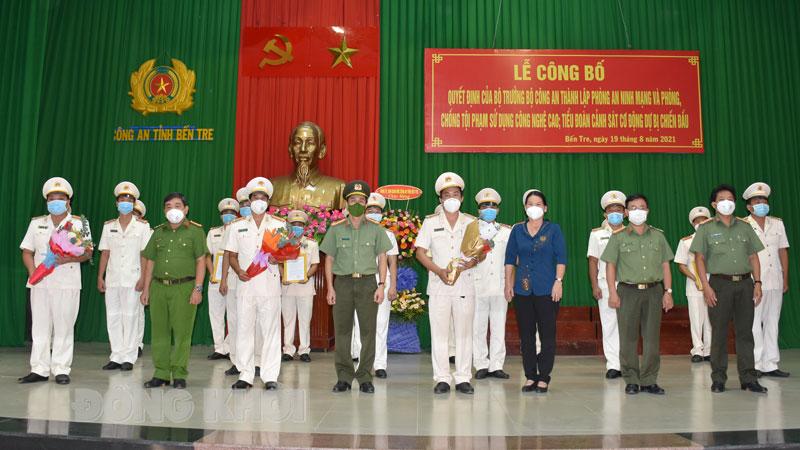 Lãnh đạo UBND tỉnh và Ban giám đốc Công an tỉnh tặng hoa chức mừng cán bộ chiến sĩ Phòng An ninh mạng và PCTP sử dụng công nghệ cao. Ảnh: Hải Đăng