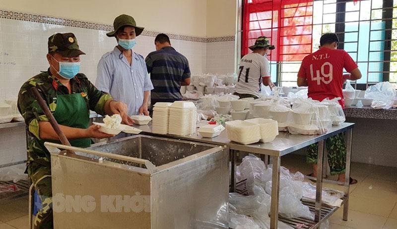 Đại úy Huỳnh Văn Điền trực tiếp chuẩn bị bữa cơm trong khu cách ly. Ảnh: Tiến Trung