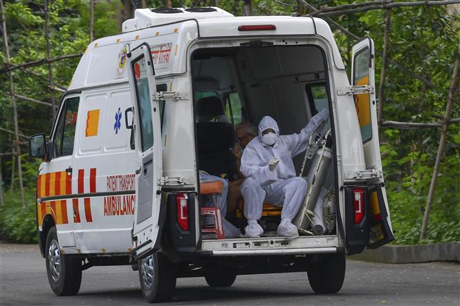 Xe cứu thương đưa bệnh nhân COVID-19 tới trung tâm y tế ở Mumbai, Ấn Độ, ngày 5-7-2021. Ảnh: AFP/ TTXVN