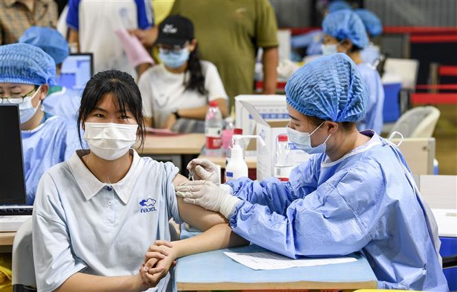Nhân viên y tế tiêm vaccine phòng COVID-19 cho người dân tại thành phố Ngân Xuyên, thủ phủ Khu tự trị Hồi Ninh Hạ, Trung Quốc ngày 18-8-2021. Ảnh: THX/TTXVN