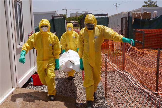 Chuyển thi thể bệnh nhân COVID-19 tại Juba, Nam Sudan. Ảnh: AFP/TTXVN