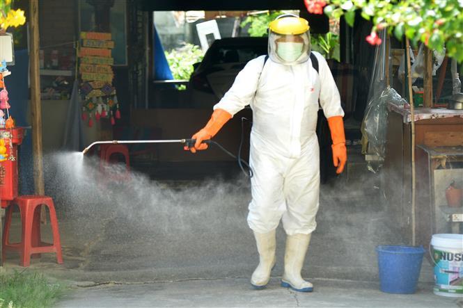 Nhân viên y tế phun thuốc khử trùng nhằm ngăn sự lây lan của dịch COVID-19 tại Bangkok, Thái Lan ngày 19-8-2021. Ảnh: THX/TTXVN