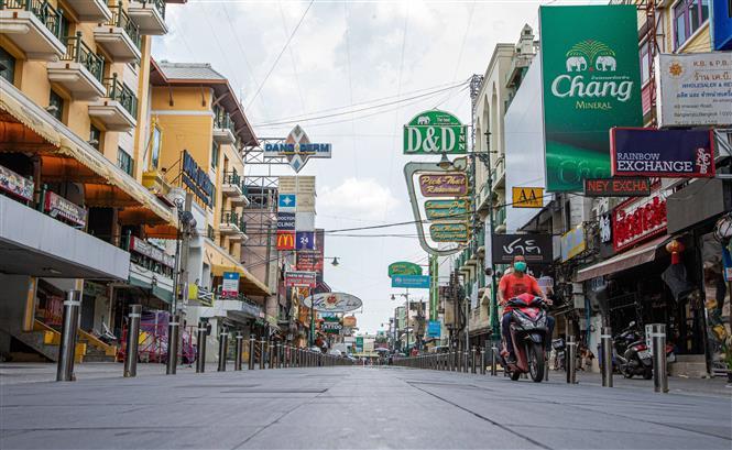 Cảnh vắng vẻ trên một tuyến phố ở Bangkok, Thái Lan khi biện pháp hạn chế được áp dụng nhằm ngăn sự lây lan của dịch COVID-19 ngày 19-8-2021. Ảnh: THX/TTXVN