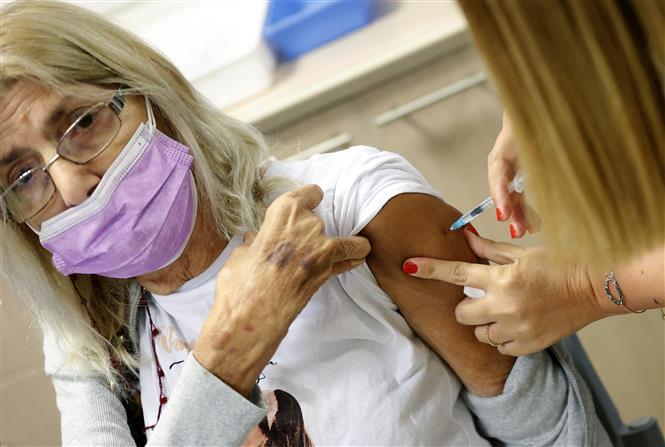 Tiêm vaccine ngừa COVID-19 cho người dân tại Tel Aviv, Israel ngày 12-7-2021. Ảnh: AFP/TTXVN