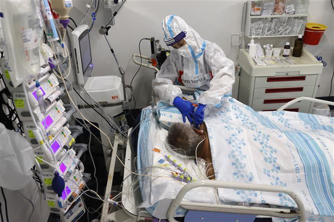 Nhân viên y tế điều trị cho bệnh nhân COVID-19 tại bệnh viện dã chiến ở thành phố Haifa, Israel ngày 11-10-2020. Ảnh: AFP/TTXVN