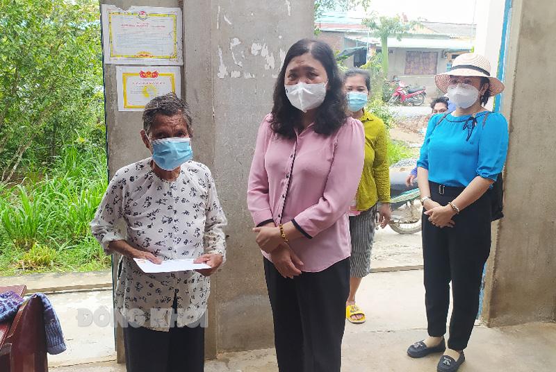 Phó bí thư Thường trực Tỉnh ủy - Chủ tịch HĐND tỉnh Hồ Thị Hoàng Yến  thăm hỏi, động viên và tặng quà cho người dân tại xã Thạnh Phước.