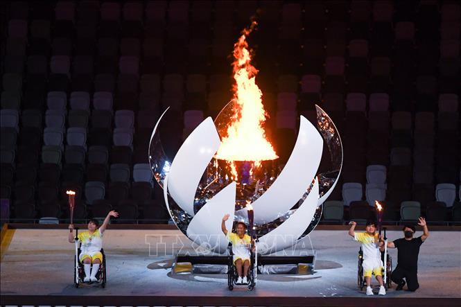 Ngọn đuốc Paralympic được thắp sáng tại Lễ khai mạc Paralympic Tokyo 2020 ở Tokyo, Nhật Bản, ngày 24-8-2021. Ảnh: THX/TTXVN