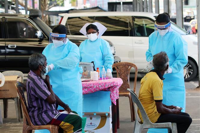 Nhân viên y tế tiêm vaccine ngừa COVID-19 cho người dân tại Colombo, Sri Lanka, ngày 24-8-2021. Ảnh: THX/ TTXVN
