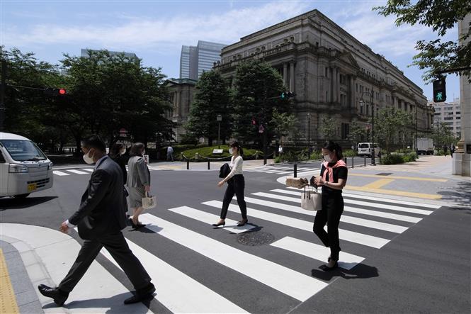 Người dân đeo khẩu trang phòng dịch COVID-19 khi lưu thông trên đường phố ở Tokyo, Nhật Bản ngày 25-8-2021. Ảnh: AFP/TTXVN