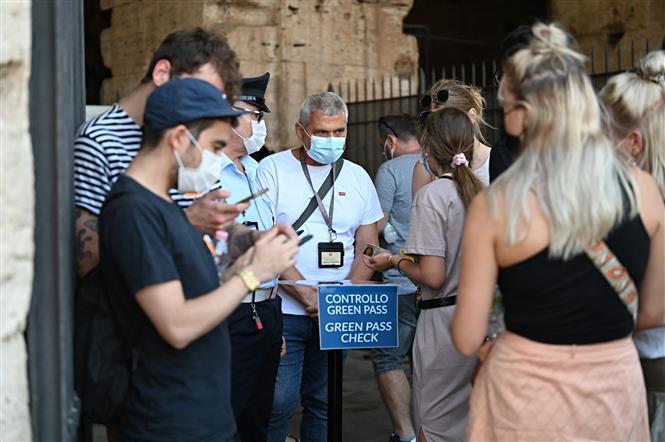 Nhân viên an ninh kiểm tra chứng nhận COVID-19 của khách tham quan tại Rome, Italy, ngày 6-8-2021. Ảnh: AFP/ TTXVN