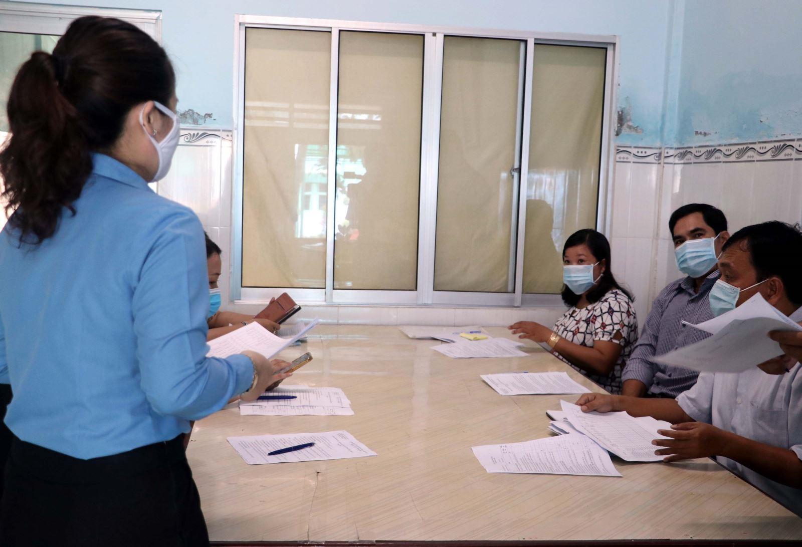 Cán bộ Bảo hiểm xã hội tỉnh Sóc Trăng tuyên truyền và hướng dẫn cài đặt ứng dụng VssID cho các đơn vị, cá nhân trên địa bàn tỉnh. Ảnh: Trung Hiếu/TTXVN