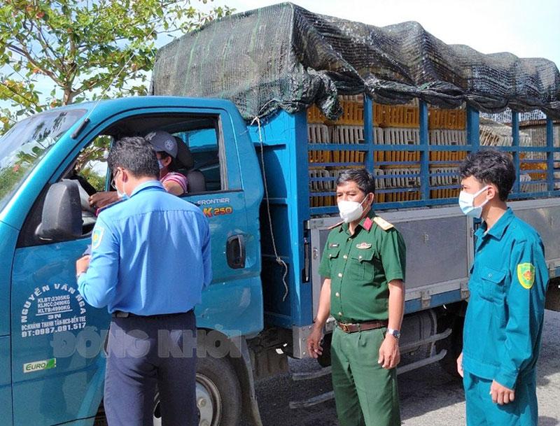 Cán bộ, chiến sĩ Ban Chỉ huy Quân sự huyện Chợ Lách tham gia kiểm soát chặt chẽ phương tiện ra vào địa bàn huyện. Ảnh: Thanh Tân